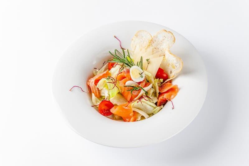 Amerikaans keukenconcept De Salade van Caesar met Zalm Witte plaat op een witte achtergrond Beeld voor een menu van restaurants royalty-vrije stock foto