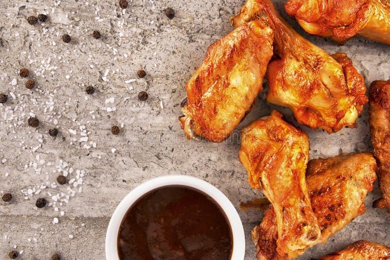 Amerikaans snel voedsel: kippenvleugels en barbecuesaus royalty-vrije stock afbeeldingen