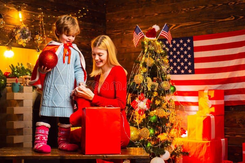 Amerikaans traditioneel concept Familie die thuis plezier heeft Fijne familie Vakantie voor familie Mam en kind versieren samen stock foto's