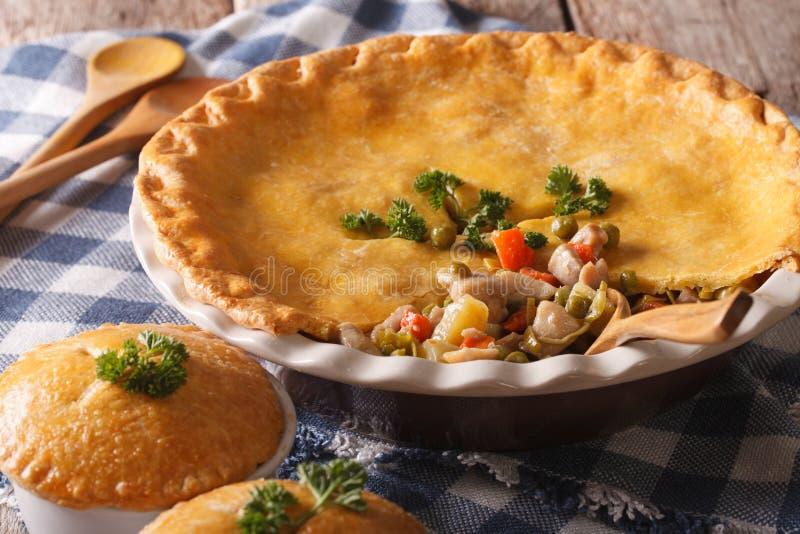 Amerikaans voedsel: De pasteiclose-up van de kippenpot op de lijst horizontaal stock afbeelding
