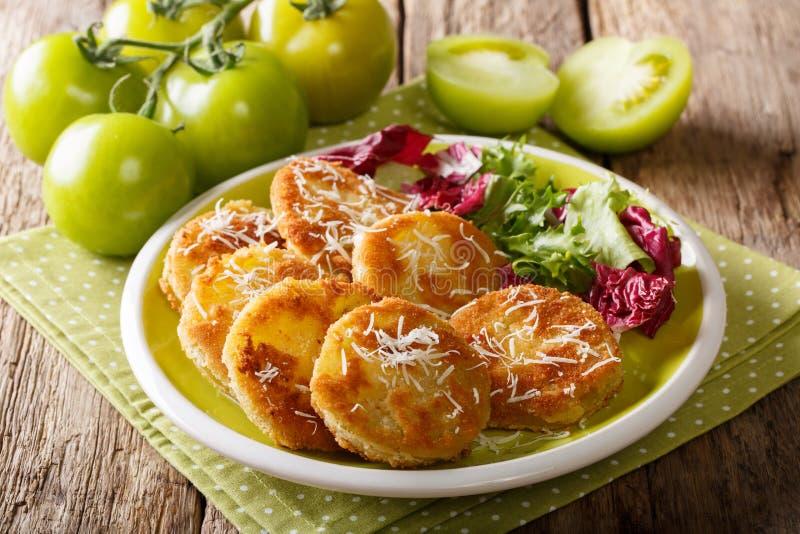 Amerikaans voedsel: gebraden groene tomaten met vers saladeclose-up  stock foto's