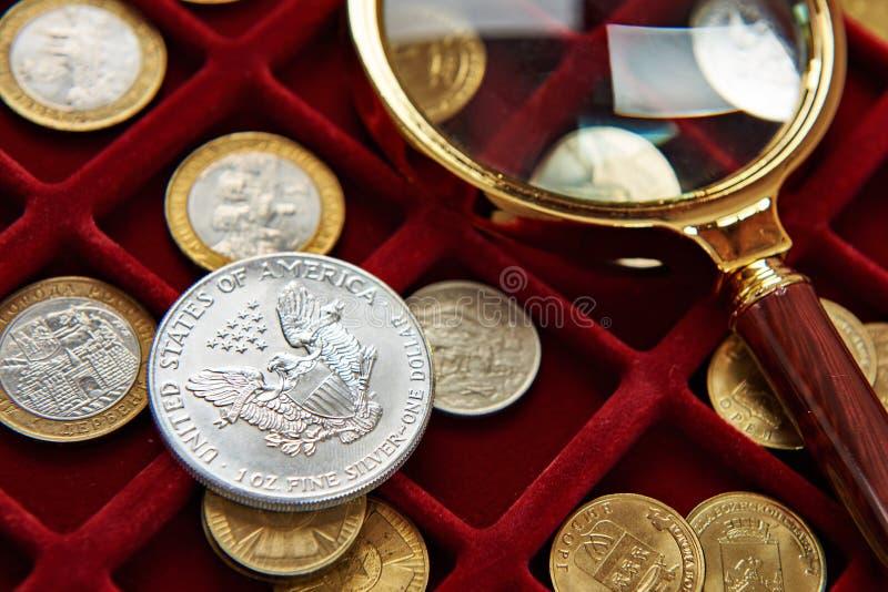 Amerikaans zilveren dollar en vergrootglas stock fotografie