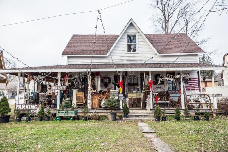 Amerikaanse Antiquiteitenhuis en Winkel in de Winter royalty-vrije stock foto