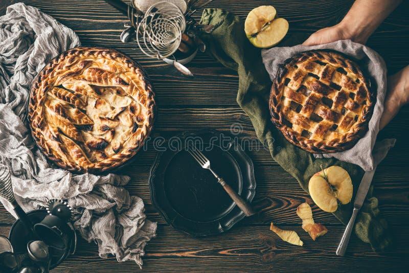 Amerikaanse appeltaarten op donkere houten lijst stock afbeelding