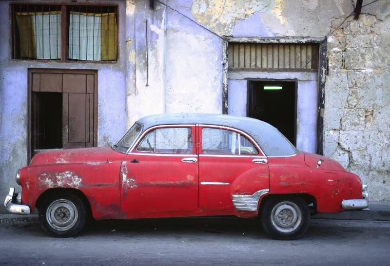Amerikaanse auto's in oud Cuba stock foto