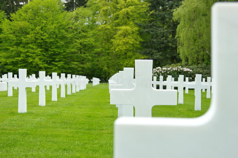 Amerikaanse Begraafplaats in Luxemburg - marmeren gerichte kruisen royalty-vrije stock fotografie