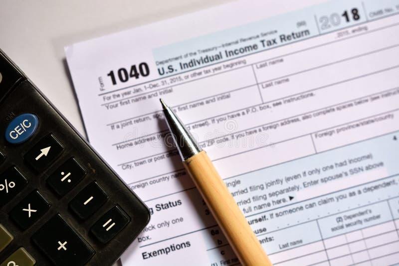 Amerikaanse belastingsvorm 1040 op witte achtergrond stock foto's