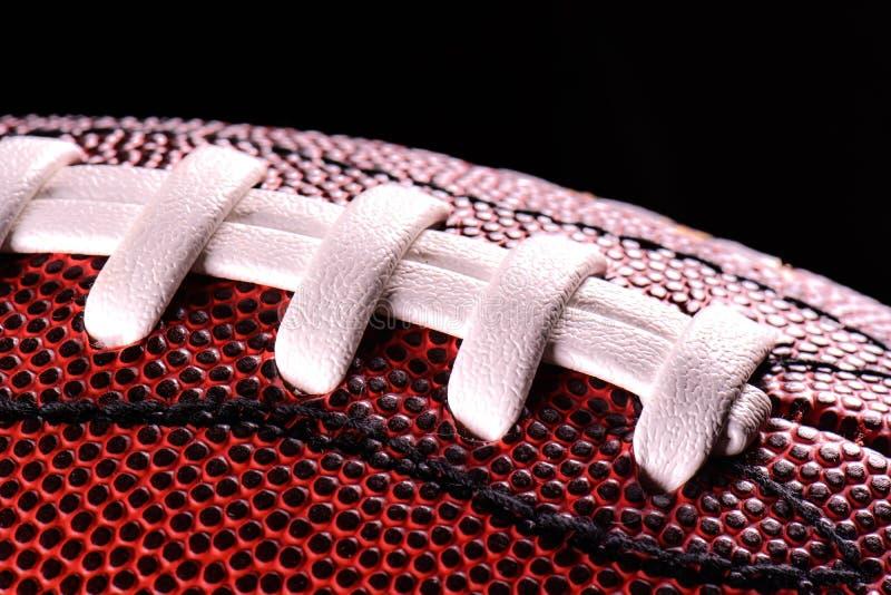 Amerikaanse dichte omhooggaand van de voetbalbal op zwarte achtergrond stock afbeeldingen