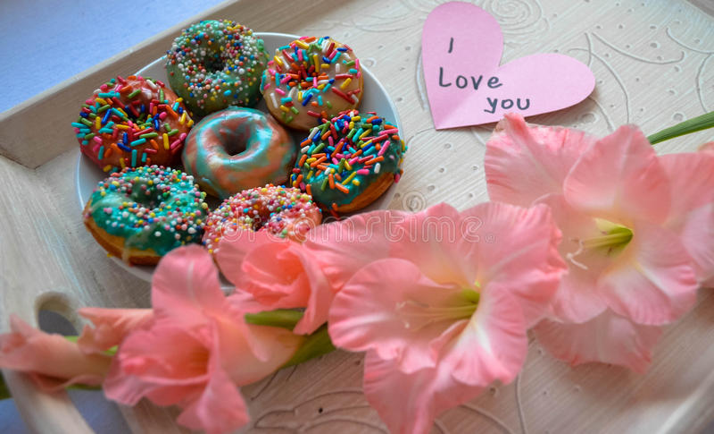 Amerikaanse die donuts voor ontbijt als verjaardagsverrassing wordt gediend royalty-vrije stock afbeelding