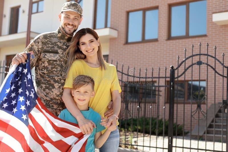 Amerikaanse die militair met zijn familie in openlucht wordt herenigd Legerdienst royalty-vrije stock foto's