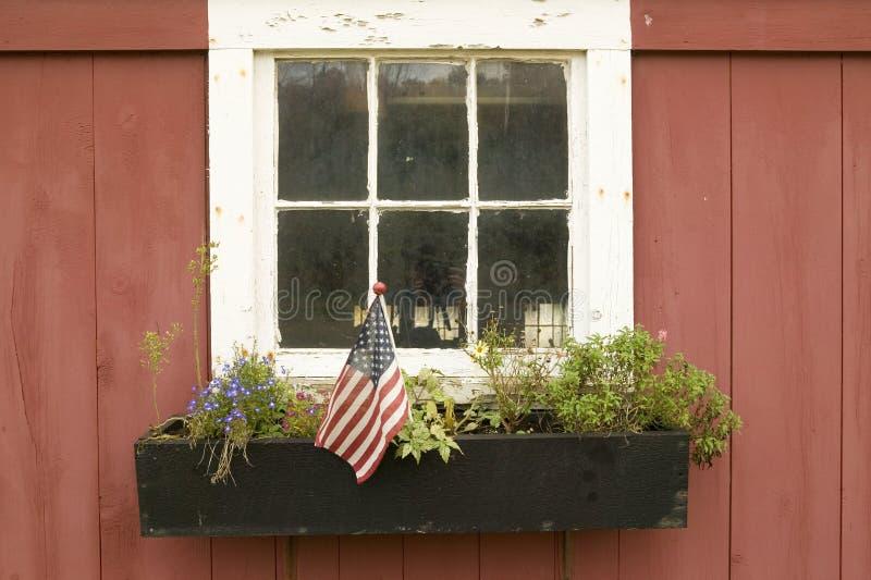 Amerikaanse die vlag in bloempot wordt getoond van huisvenster weg van Road van Manchester, St Louis County, Missouri royalty-vrije stock foto