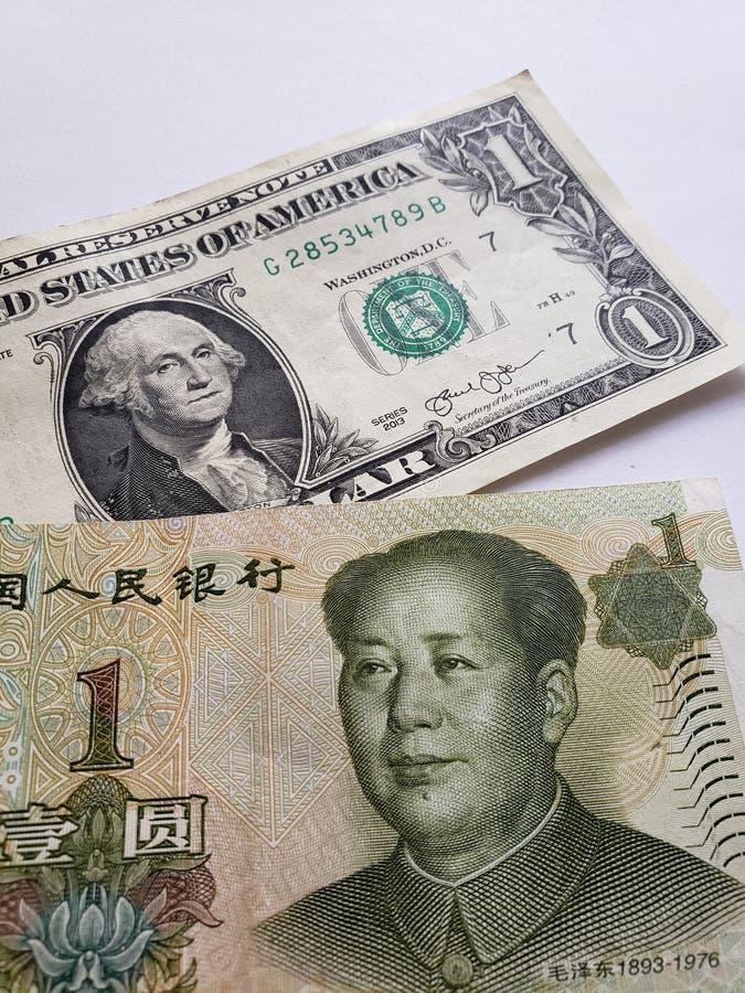 Amerikaanse dollarrekening, Chinees bankbiljet van één yuan en witte achtergrond stock afbeeldingen