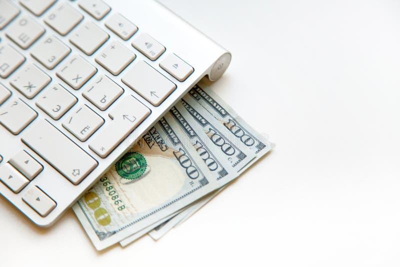 Amerikaanse dollars bankbiljetten en geldmuntstukken met computertoetsenbord royalty-vrije stock afbeelding