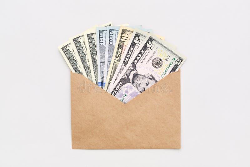 Amerikaanse dollars in contant geld in envelop op wit minimaal achtergrondgeldconcept royalty-vrije stock foto's