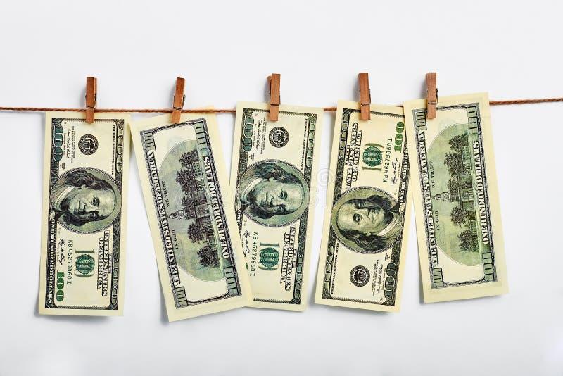 Amerikaanse dollars die op drooglijn hangen stock fotografie