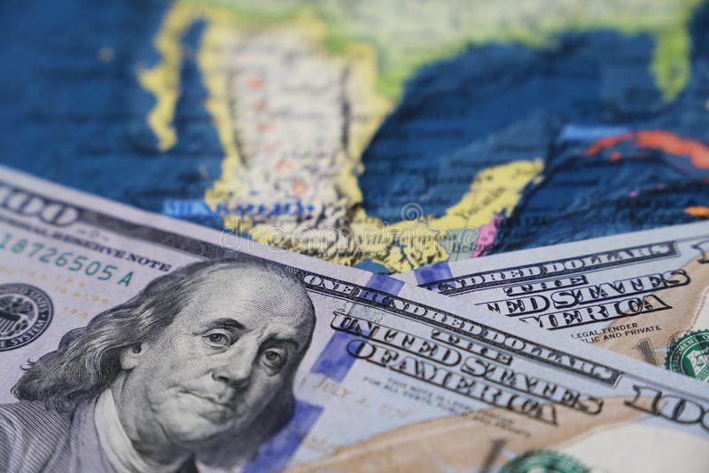 Amerikaanse dollars op de kaart van Mexico stock afbeelding