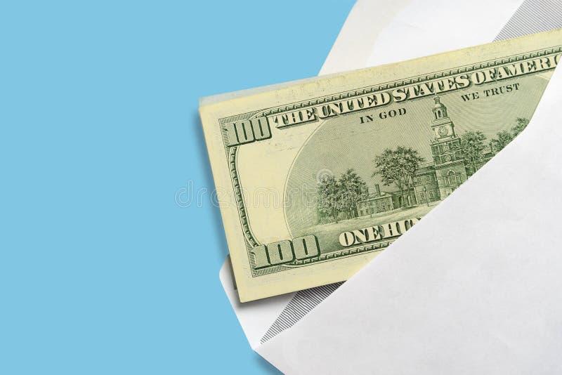 Amerikaanse dollars in open witte postenvelop op een blauwe achtergrond royalty-vrije stock fotografie