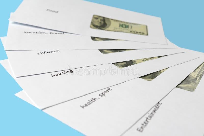 Amerikaanse dollars in witte enveloppen met inschrijvingen Achtergrond voor een uitnodigingskaart of een gelukwens Verzamel geld royalty-vrije stock afbeeldingen