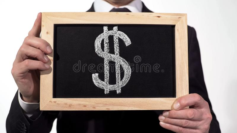 Amerikaanse dollarsymbool op bord in zakenmanhanden, wereldmunt, financiën stock foto's