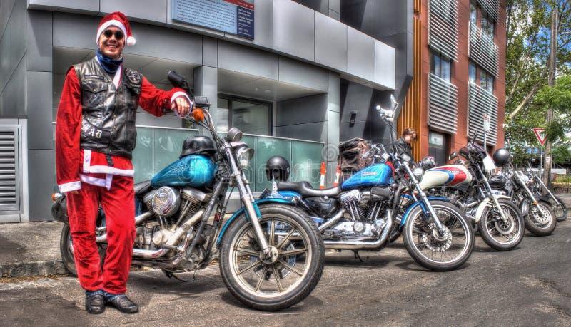Amerikaanse gebouwde Harley Davidson-motorfiets en Kerstman ` s weinig helper royalty-vrije stock afbeelding