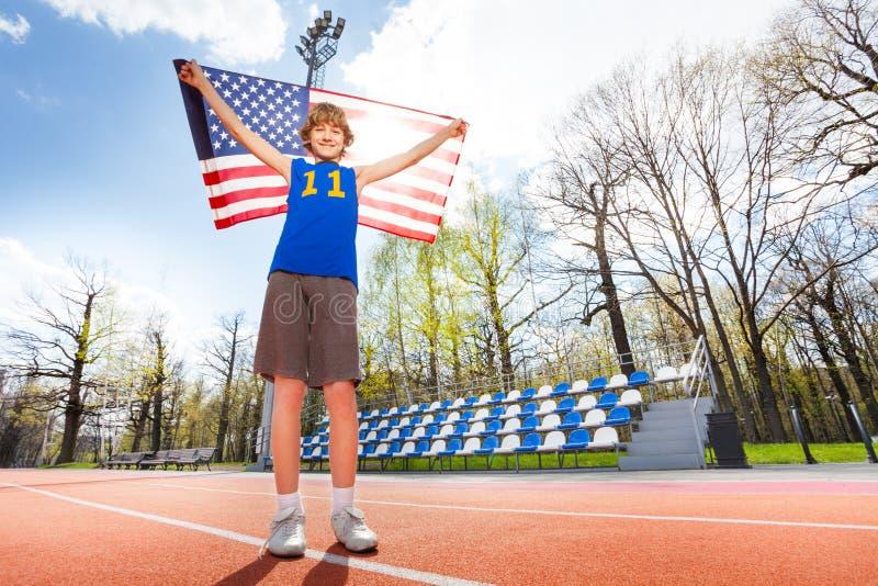 Amerikaanse jonge atleet op het spoor in de zomer stock fotografie
