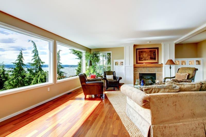 amerikaanse klassieke woonkamer met oranje hardhoutvloer groot w