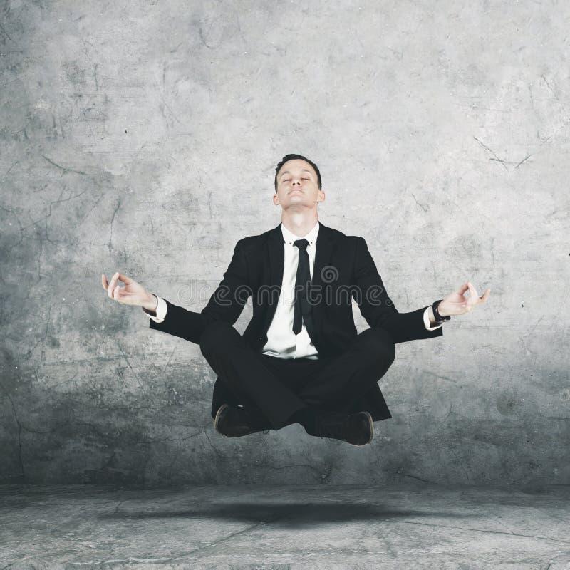 Amerikaanse manager die tijdens het doen van meditatie levitatie ondergaan royalty-vrije stock fotografie