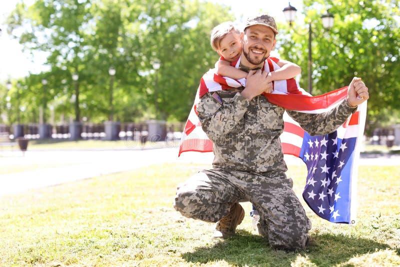 Amerikaanse militair met zijn zoon in openlucht royalty-vrije stock afbeelding
