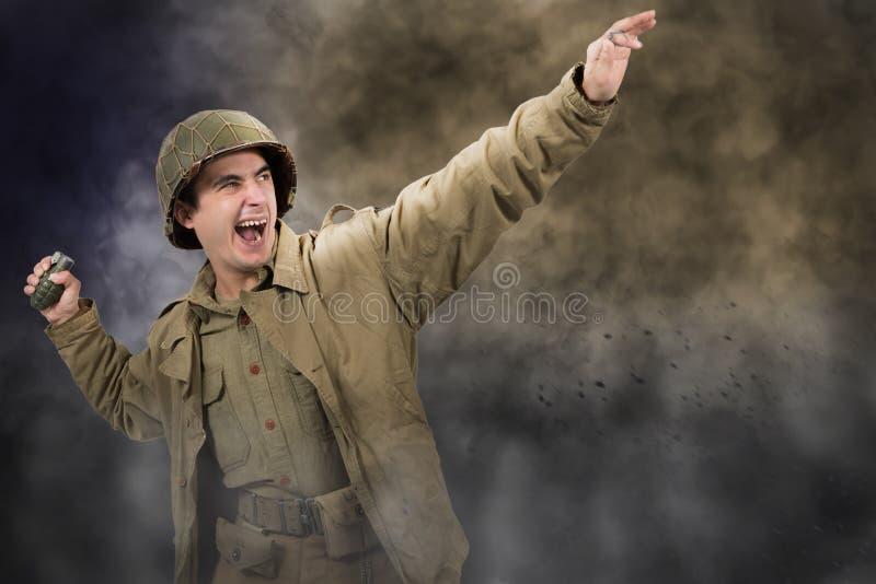Amerikaanse militair ww2 die een granaat werpen royalty-vrije stock foto's