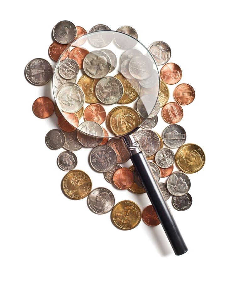 Amerikaanse muntstukken onder een vergrootglas royalty-vrije stock afbeelding