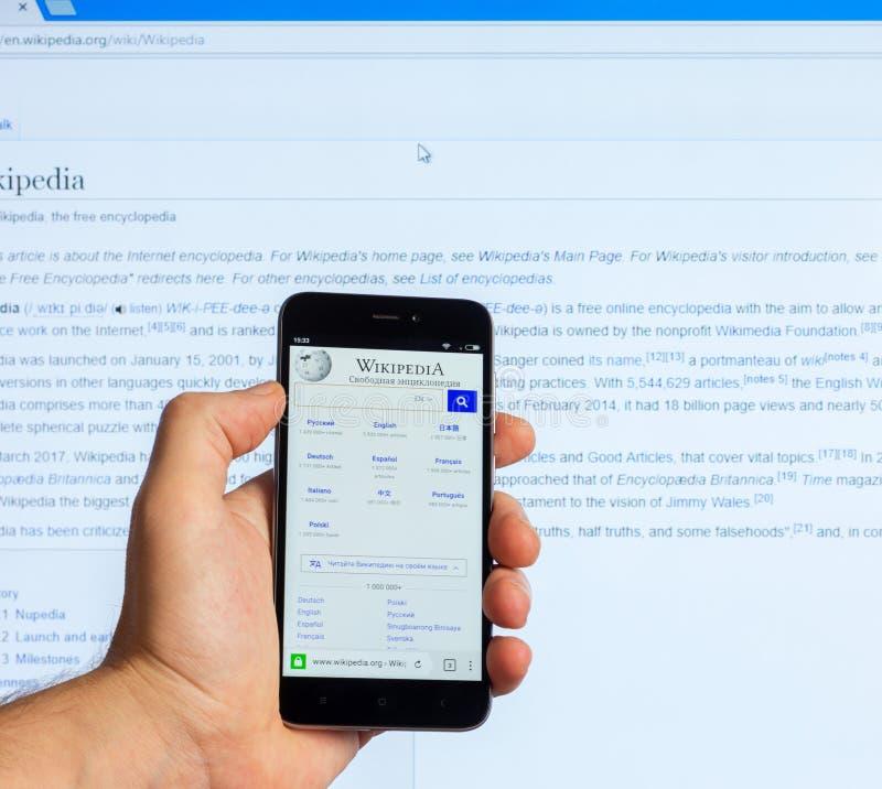 Amerikaanse Openbare Meertalige Universele Internet-Encyclopedie met vrije inhoud Wikipedia op het scherm van de Chinese telefoon royalty-vrije stock afbeelding