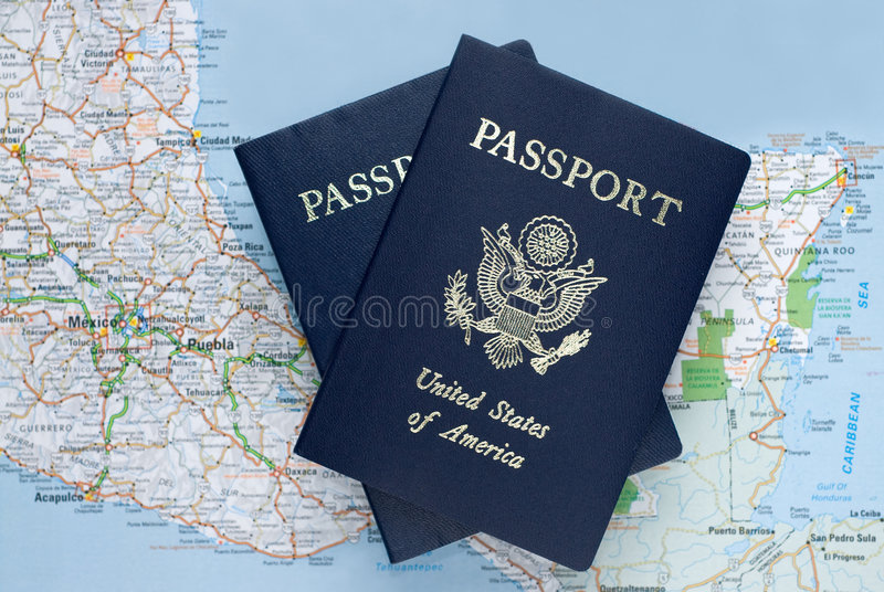 Amerikaanse paspoorten over Caraïbische kaart van Mexico, royalty-vrije stock foto