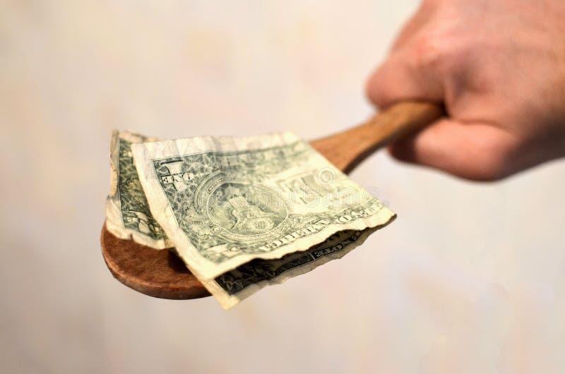Amerikaanse rekeningen, dollars in een houten lepel stock foto