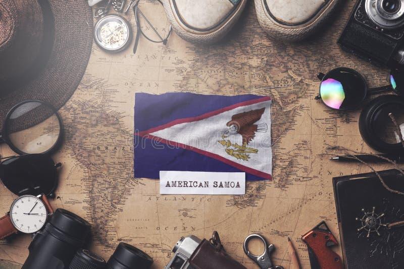 Amerikaanse Samoa-vlag tussen de accessoires van de reiziger op de oude Vintage-kaart Overhead Shot royalty-vrije stock fotografie
