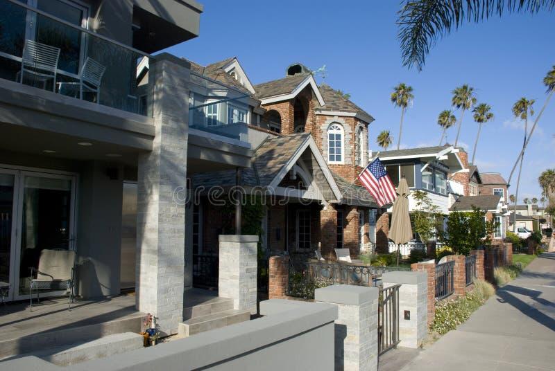 Amerikaanse straat en huizen in de voorsteden in Verbindingsstrand, Californië stock foto's