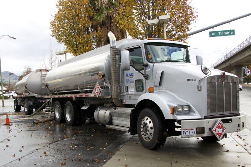 Amerikaanse tanker brengende brandstof aan het benzinestation royalty-vrije stock foto's