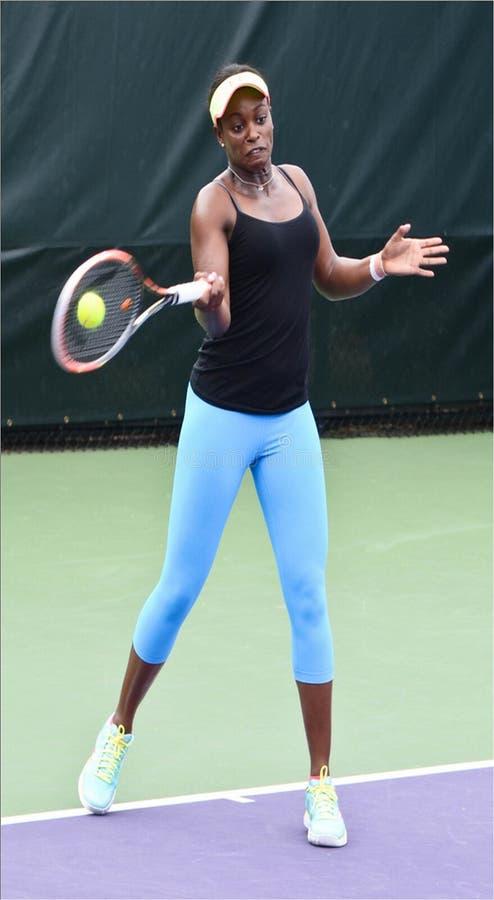 Amerikaanse Tennisspeler Sloan Stephens Hitting een Voordelige positie royalty-vrije stock fotografie