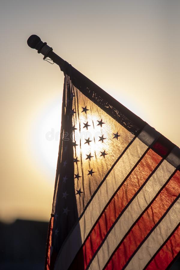 Amerikaanse vlag backlit bij schemer royalty-vrije stock foto's