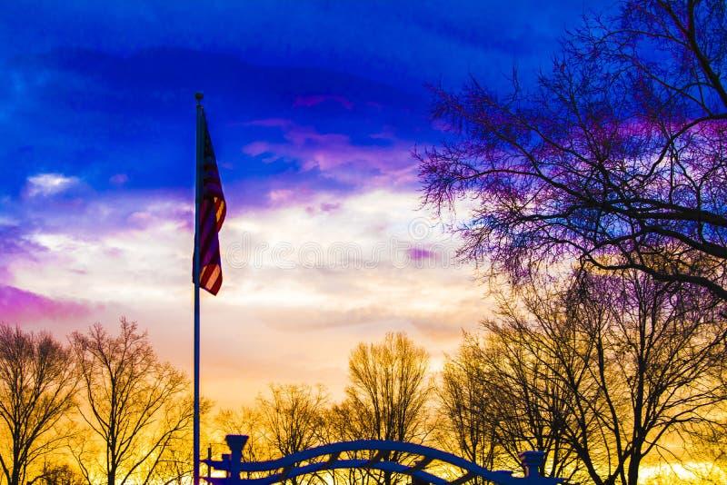 Amerikaanse vlag bij dageraad stock afbeeldingen