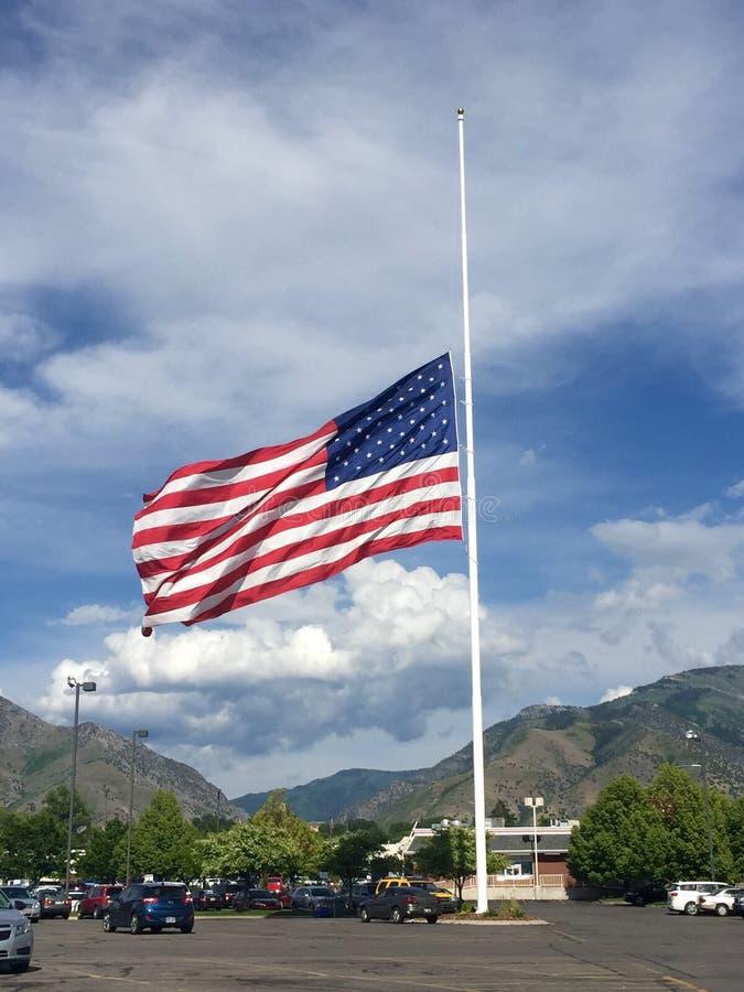 Amerikaanse vlag bij half personeel stock fotografie