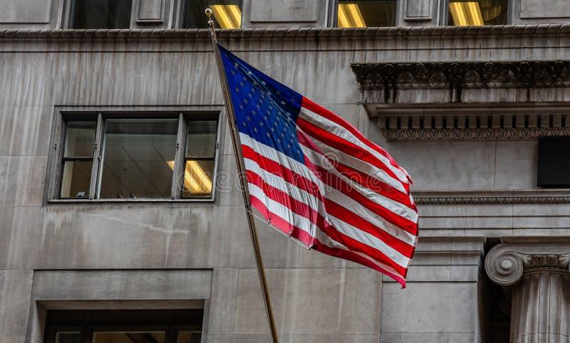 Amerikaanse vlag in Chicago, Illinois de stad in De klassieke achtergrond van de de bouwvoorgevel royalty-vrije stock afbeelding