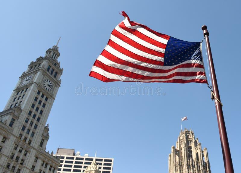 Amerikaanse vlag die binnen de stad in van Chicago, de V.S. golven stock foto