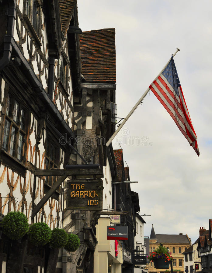 Amerikaanse Vlag en half Betimmerde Huizen, stratford-op-Avon, Eng stock afbeeldingen