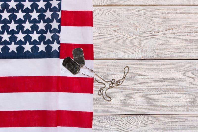 Amerikaanse vlag en Legerkentekens op een houten achtergrond De dag van veteranen Herdenkings Dag stock afbeelding
