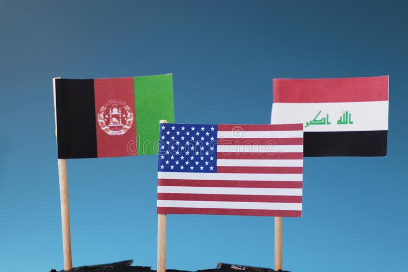 Amerikaanse vlag en nog eens twee vlaggen van Afghanistan en Irak De Staten waar Amerika zijn militairen heeft stock foto's
