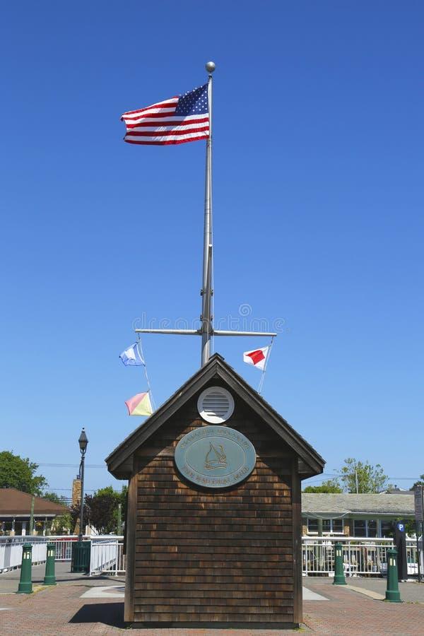 Amerikaanse vlag en zeevaartvlaggen die bij Woodcleft-Promenade in Freeport, Long Island vliegen royalty-vrije stock afbeeldingen