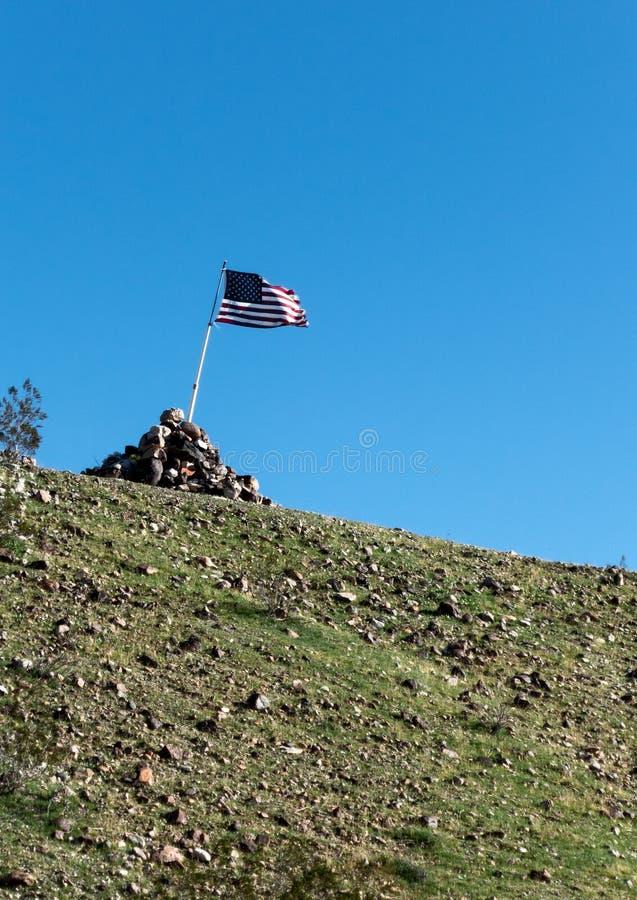 Amerikaanse vlag hoog op de rand stock fotografie