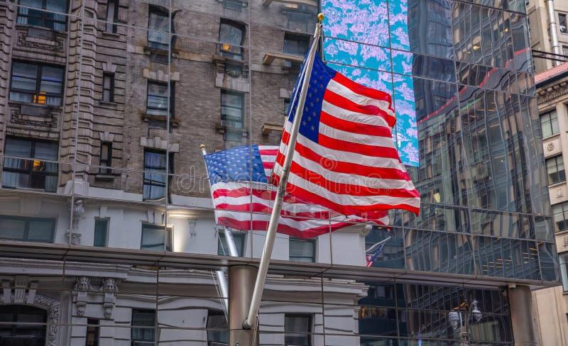 Amerikaanse vlag in Manhattan New York de stad in royalty-vrije stock afbeeldingen