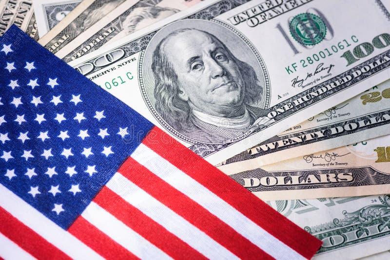 Amerikaanse vlag op de achtergrond van de honderd dollarsrekening Pen, oogglazen en grafieken Geld, contant geldachtergrond royalty-vrije stock foto's