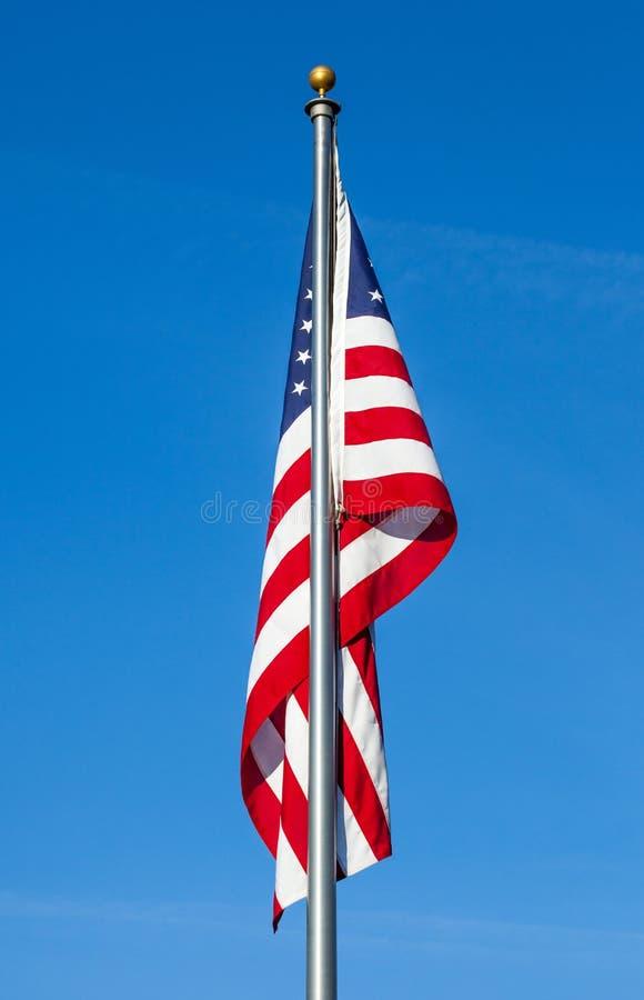 Amerikaanse vlag op duidelijke blauwe hemelachtergrond royalty-vrije stock fotografie